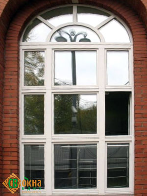 Арочное реставрационное окно с накладным фальшпереплетом