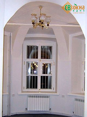 Реставрационное окно с фурнитурой под старину золотого цвета